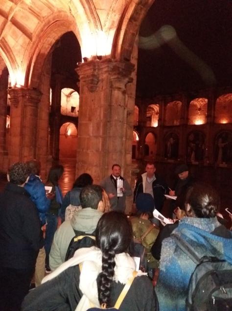 Los profesores Domingo Sánchez, Esteban de Manuel y Rafael Casado durante la visita al bario de San Jerónimo (y a su Monasterio) para la práctica transversal de regeneración urbana que recorre el máster.