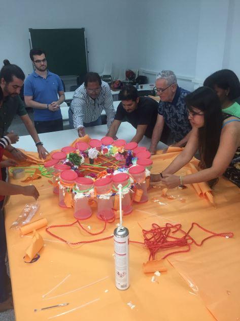 El catedrático de proyectos arquitectónicos Torres Nadal en su taller en el MCAS con los estudiantes. 06/06/17