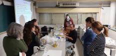 """El profesor Carlos Medina en el laboratorio de Microbiología explicando la práctica """"Preparación de Plántulas de Soja inoculadas con estirpes de rizobios. Fijación biológica de Nitrógeno"""". 8 de marzo de 2019"""